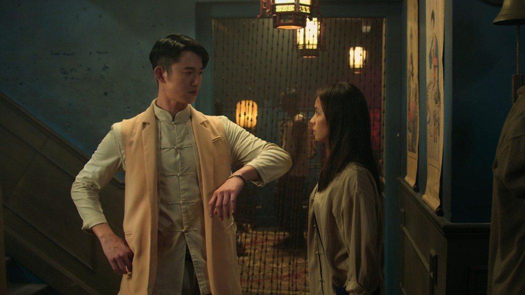 吳慷仁(左)、黃姵嘉主演「彼岸之嫁」。圖/Netflix 提供