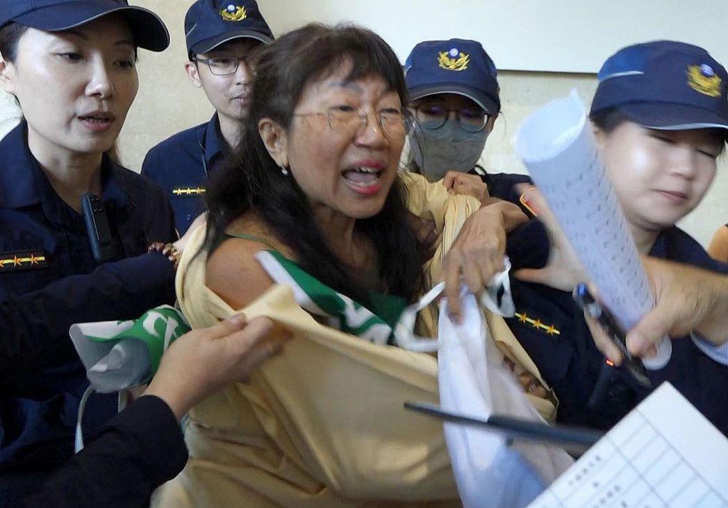 柳淑芳每次參選都脫衣,這次本想抽籤後在台上秀出標語,卻被警方「打包」。記者楊濡嘉...