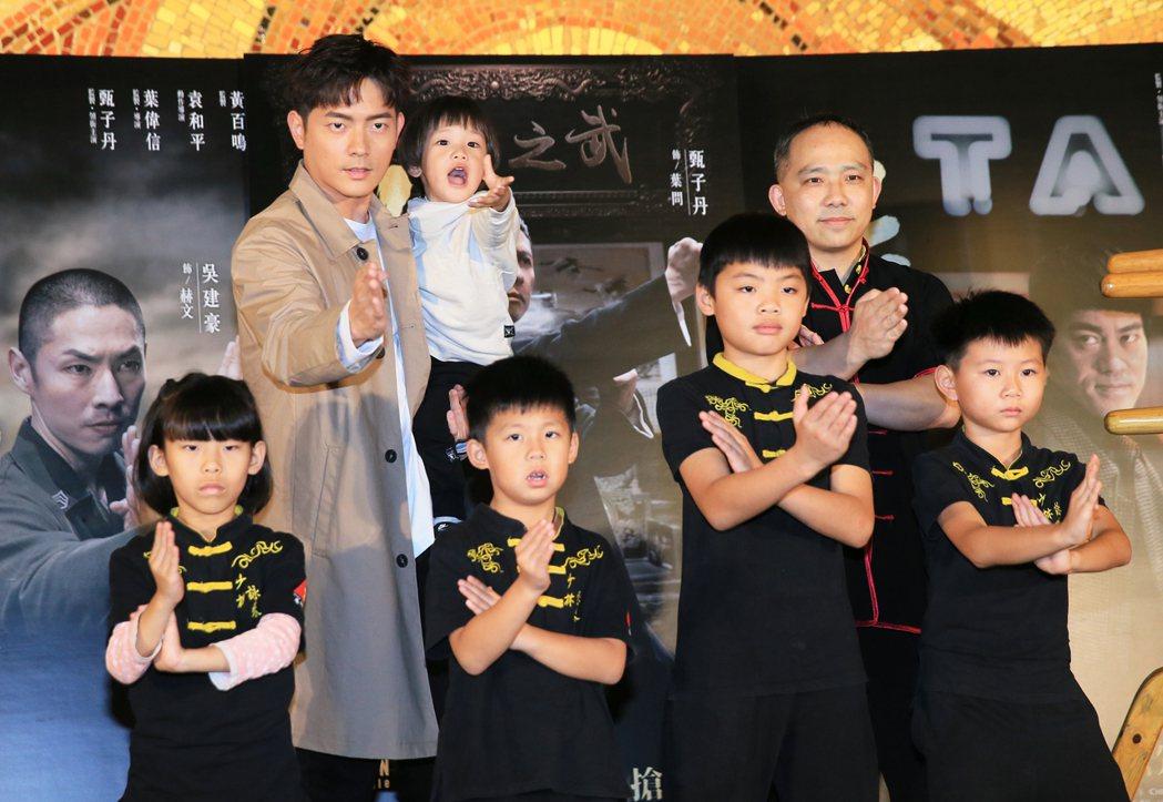 宥勝(後排左)帶著兩歲多的兒子剴剴出席葉問4終結篇的宣傳活動。記者潘俊宏/攝影