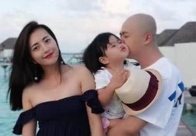 包貝爾(右)與太太包文婧(左)、女兒「包餃子」(中)。(取自網路)