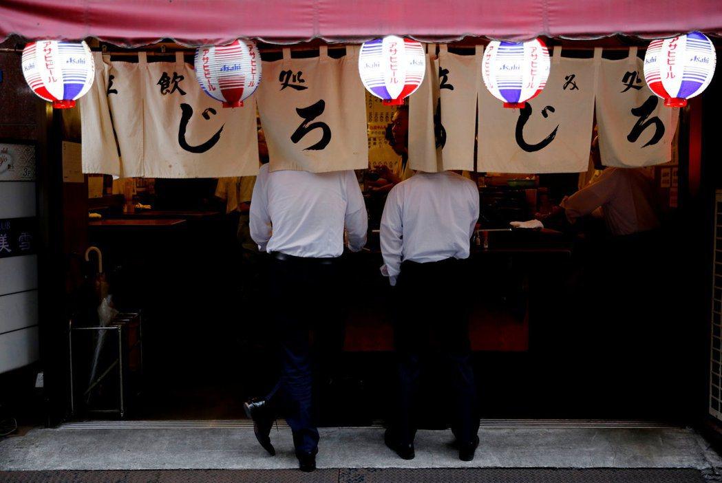 下班後跟同事或上司喝酒聊天,是許多日本上班族的生活日常。圖為東京街頭的「立飲」酒...