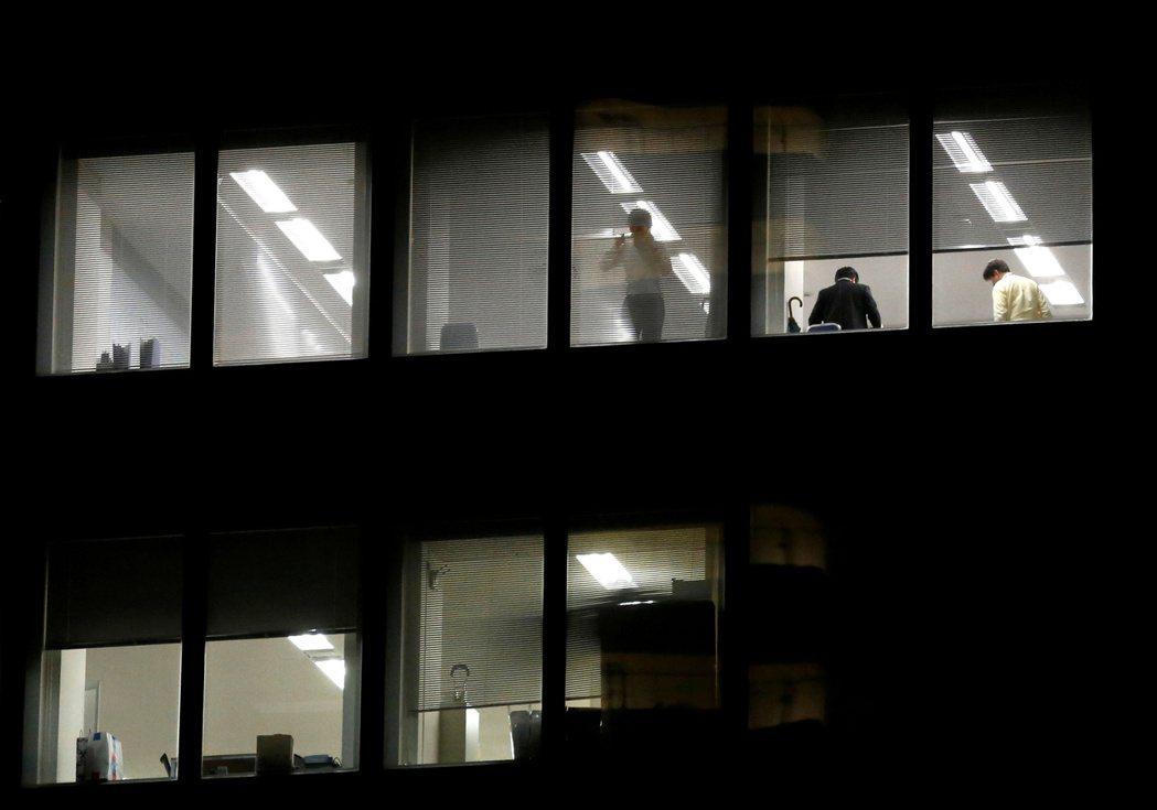 日本上班族過去經常加班到很晚,或是下班後被迫和上司同事喝酒應酬。圖為東京一座辦公...