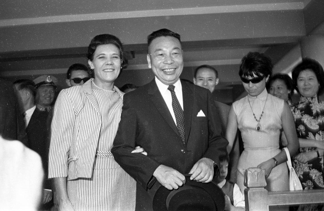 圖為蔣方良(左)與時任國防部長的蔣經國(右)合影。圖/聯合報系資料照片