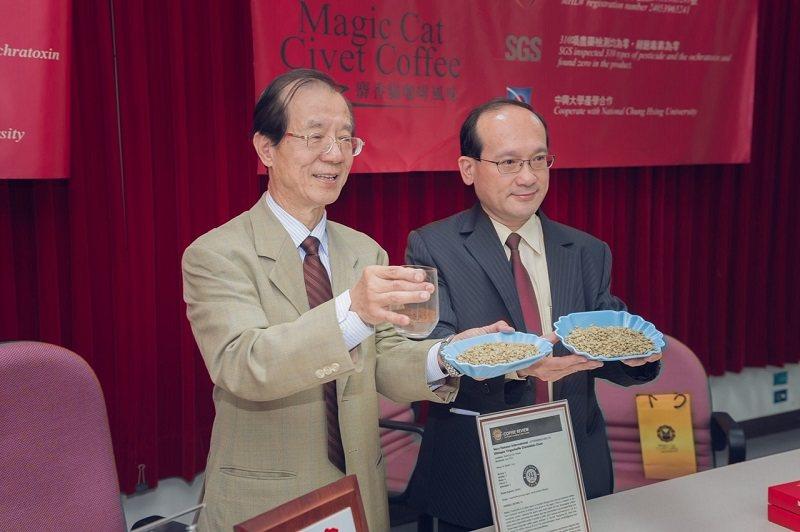 中興大學記者會楊秋忠院士(左)與楊登嵙教授合影。 名辰生物公司/提供