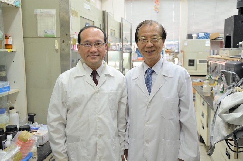 楊秋忠院士(右)與楊登嵙教授在中興大學實驗室合影。 名辰生物公司/提供