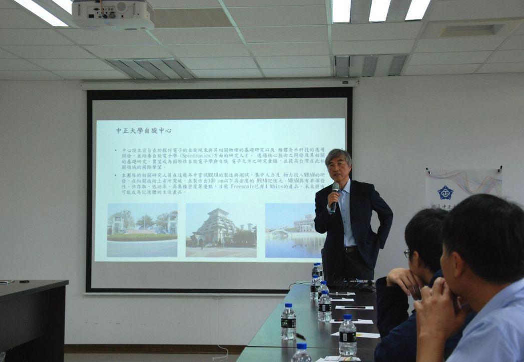 中正大學陳恭教授說明磁性原理及運用。 楊鎮州/攝影