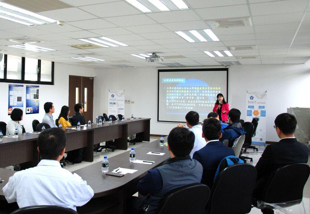 中正大學副國際長鄭津津也是東協與南亞研究中心主任分享「清真認證」。 楊鎮州/攝影