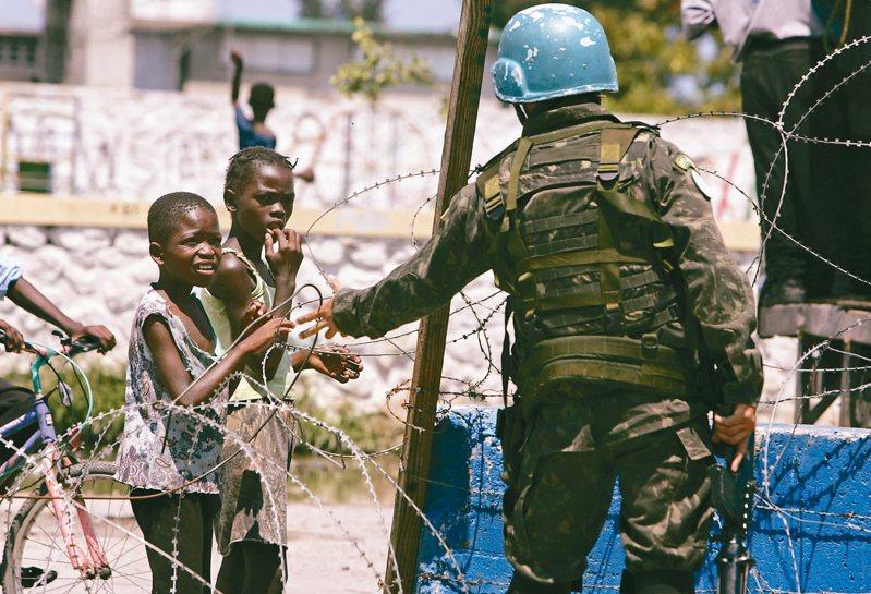 報告指出,聯合國維和部隊在海地留下數百名私生子。 美聯社