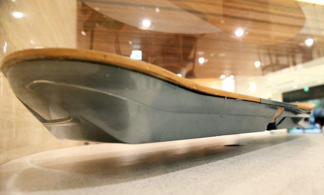 大安營業所內放置充滿未來概念的懸浮滑板(Hoverboard)。 記者徐兆玄/攝...