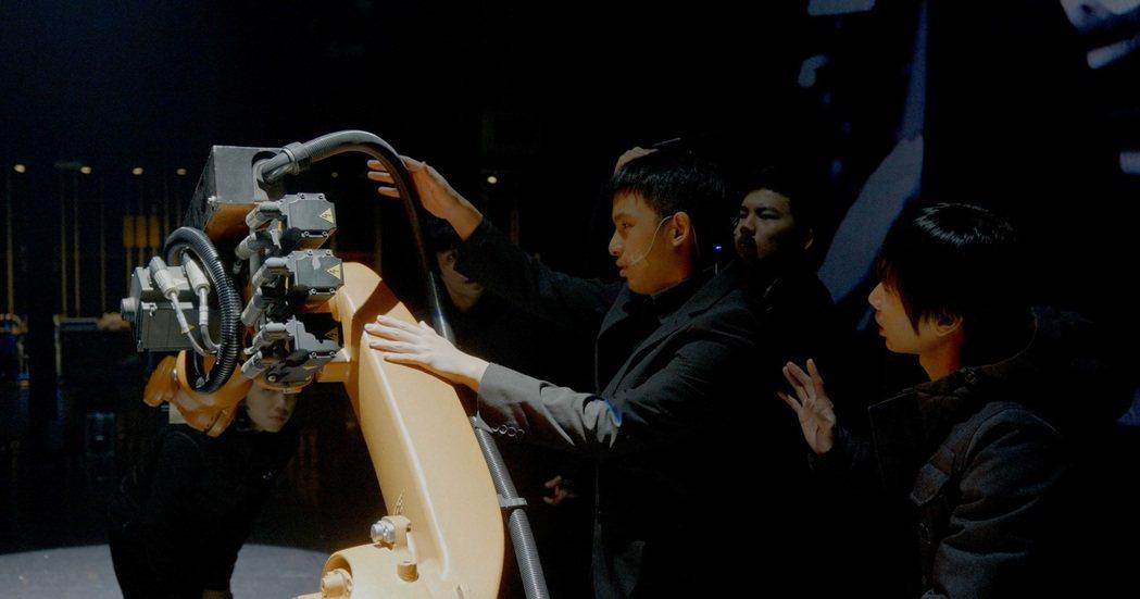視障者欣賞舞作,在口述影像外還能加入觸覺,讓劇場體驗更立體。 圖/駱思維攝影