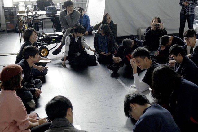接下口述影像邀約後,黃翊特別先到台北啟明學校與視障者開工作坊,了解他們的需求。