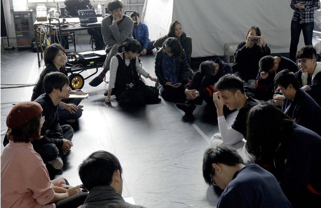 接下口述影像邀約後,黃翊特別先到台北啟明學校與視障者開工作坊,了解他們的需求。 ...