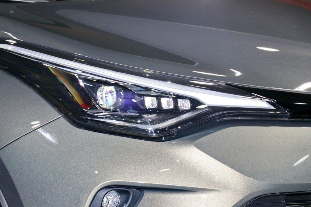 外觀上導入LED Bi-Beam頭燈組(豪華以上),輔以刀鋒般的燈眉設計。 記者...
