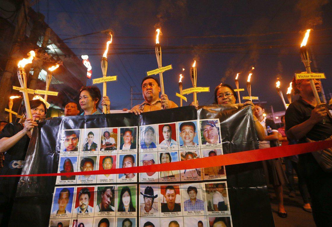 2015年,罹難者家屬的哀悼與抗爭。 圖/美聯社
