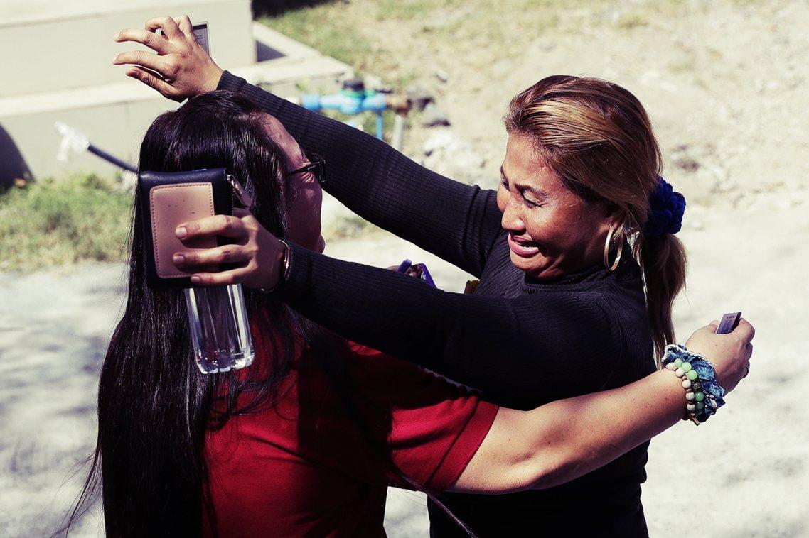 「這只是開始,但還沒有結束!」圖為判決後,庭外的受難者家屬相擁而泣。 圖/美聯社