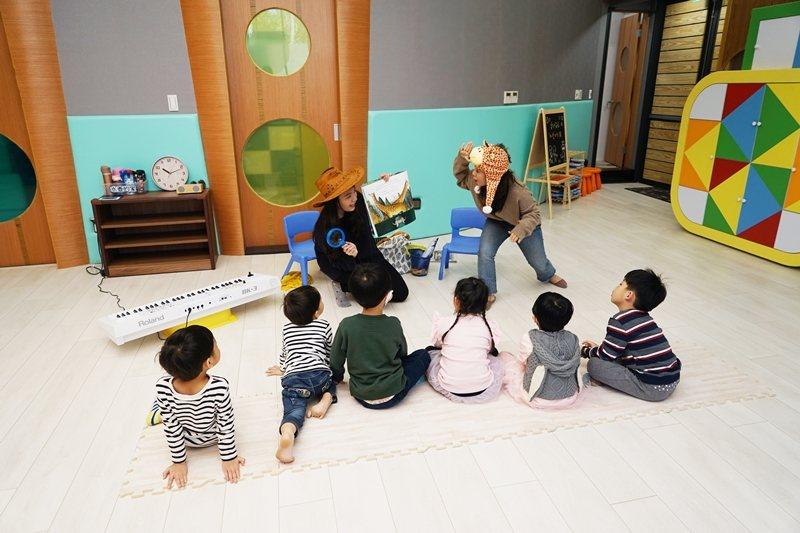 公托公幼作為讓家長放心在職場上工作的對應措施,應考慮彈性調整托嬰托兒的時間到晚上7點甚至9點。 圖/牧德科技提供