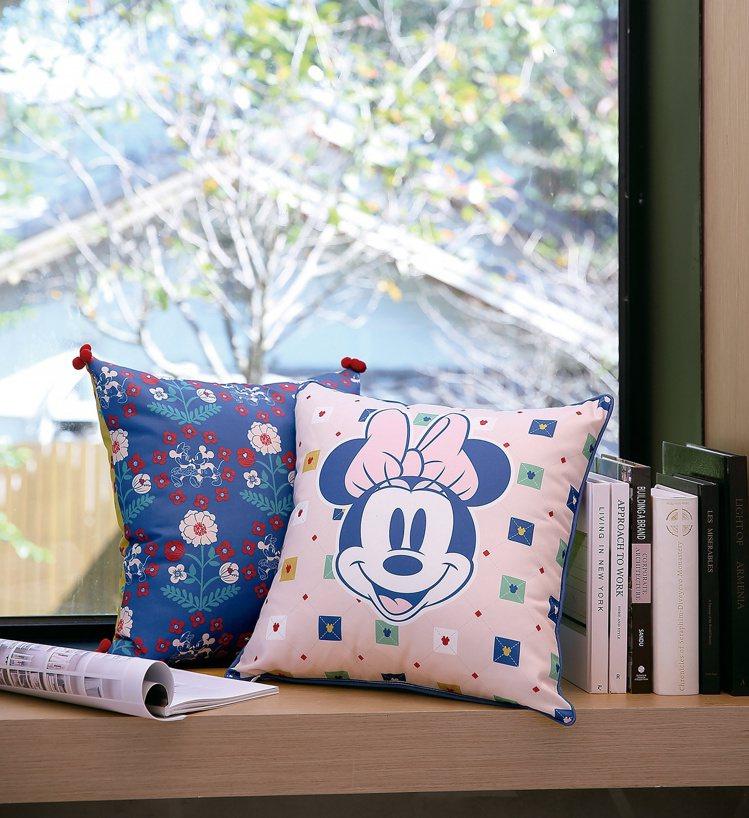 HOLA迪士尼系列米奇印花抱枕,原價899元、特價699元,共有懷舊小花、復古肖...