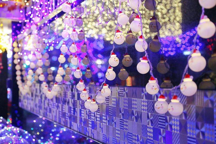 有戶人家的房子上還掛滿發亮的耶誕小雪人像。記者魏妤庭/攝影
