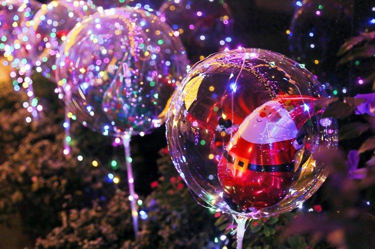 可愛的氣球內有耶誕老人、耶誕樹等裝飾。記者魏妤庭/攝影