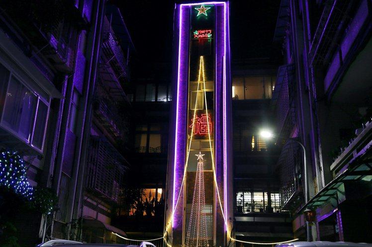 巷子的另一側則可以看到耶誕巷最大的燈飾耶誕樹。記者魏妤庭/攝影