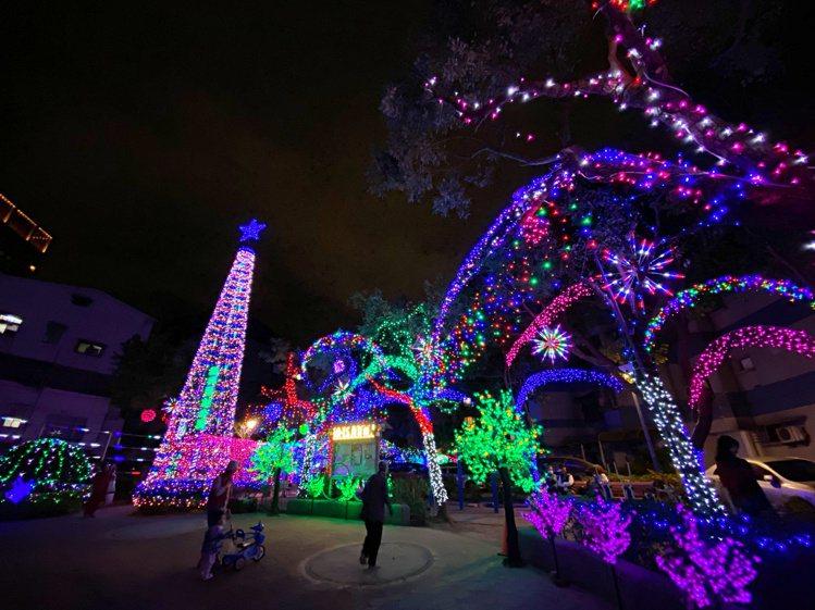 從致遠一路或自強街走過來,遠遠就會看到福興耶誕公園高達15公尺的耶誕樹造景。記者...