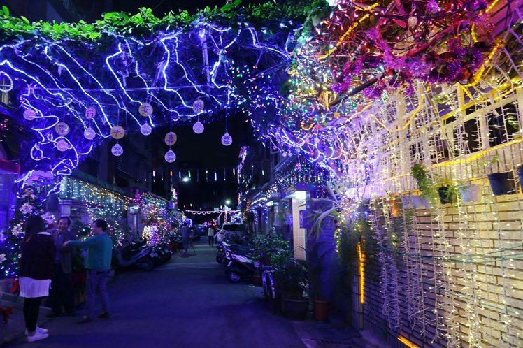 整條巷子因為耶誕燈飾而閃閃發光。記者魏妤庭/攝影