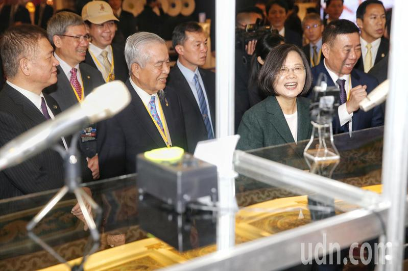 蔡英文總統(右二)上午出席台北國際音響及藝術大展,並參觀特色攤位。記者林伯東/攝影