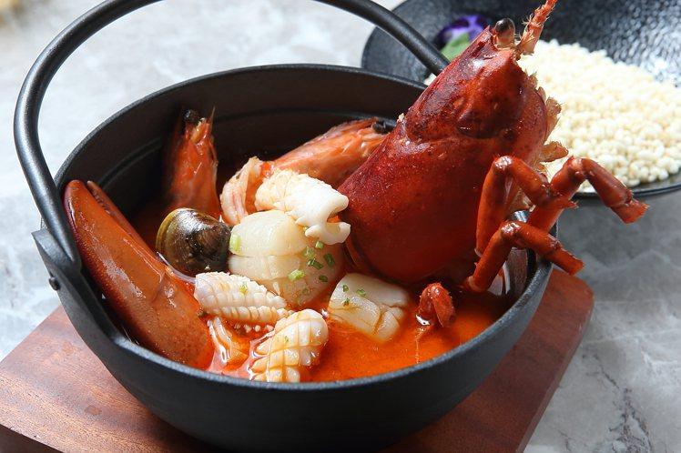 龍蝦海鮮湯佐泡泡脆米,988元。記者陳睿中/攝影