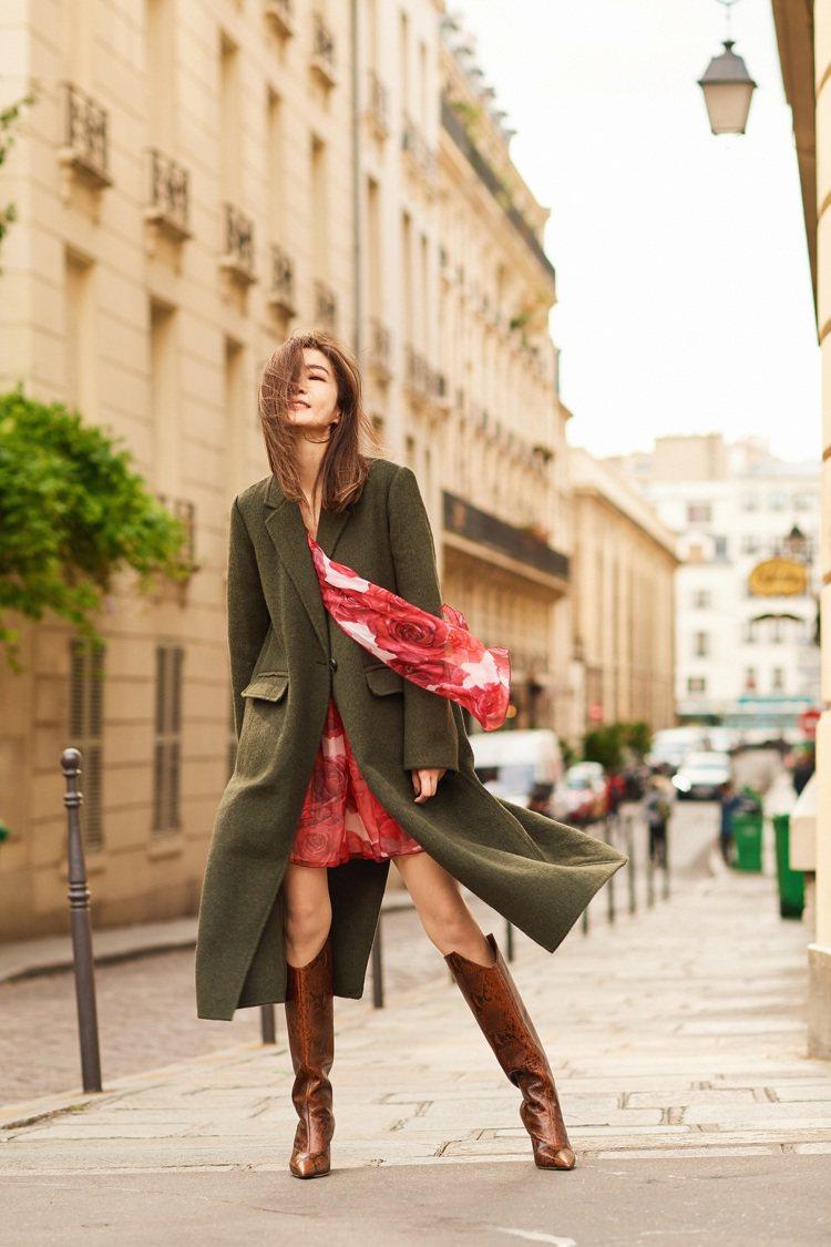 謝金燕穿Brelan靴搭風衣與洋裝,帥氣秀美腿。圖/Jimmy Choo提供