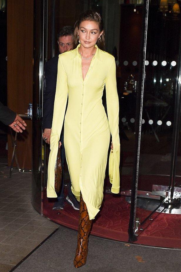 Gigi Hadid選穿蛇紋款Maxima靴配鮮黃洋裝,帥氣狂野。圖/Jimmy...