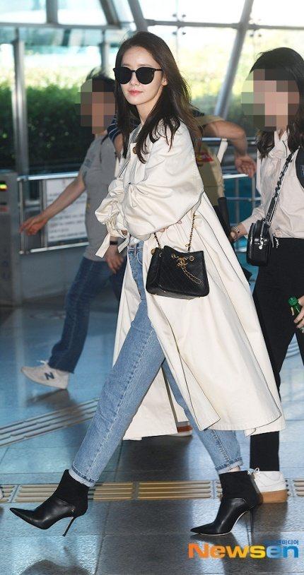 潤娥以Beyla短靴搭牛仔褲。圖/Jimmy Choo提供
