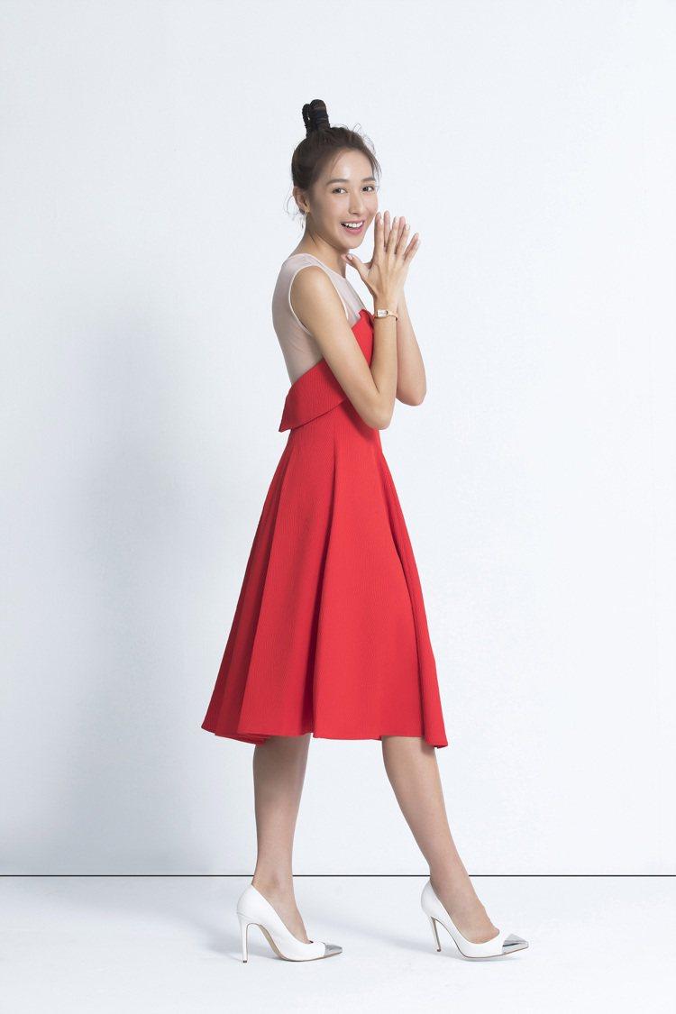 楊晴以紅色小洋裝造型搭配天梭表Lovely Square臻愛系列表款,約12,2...
