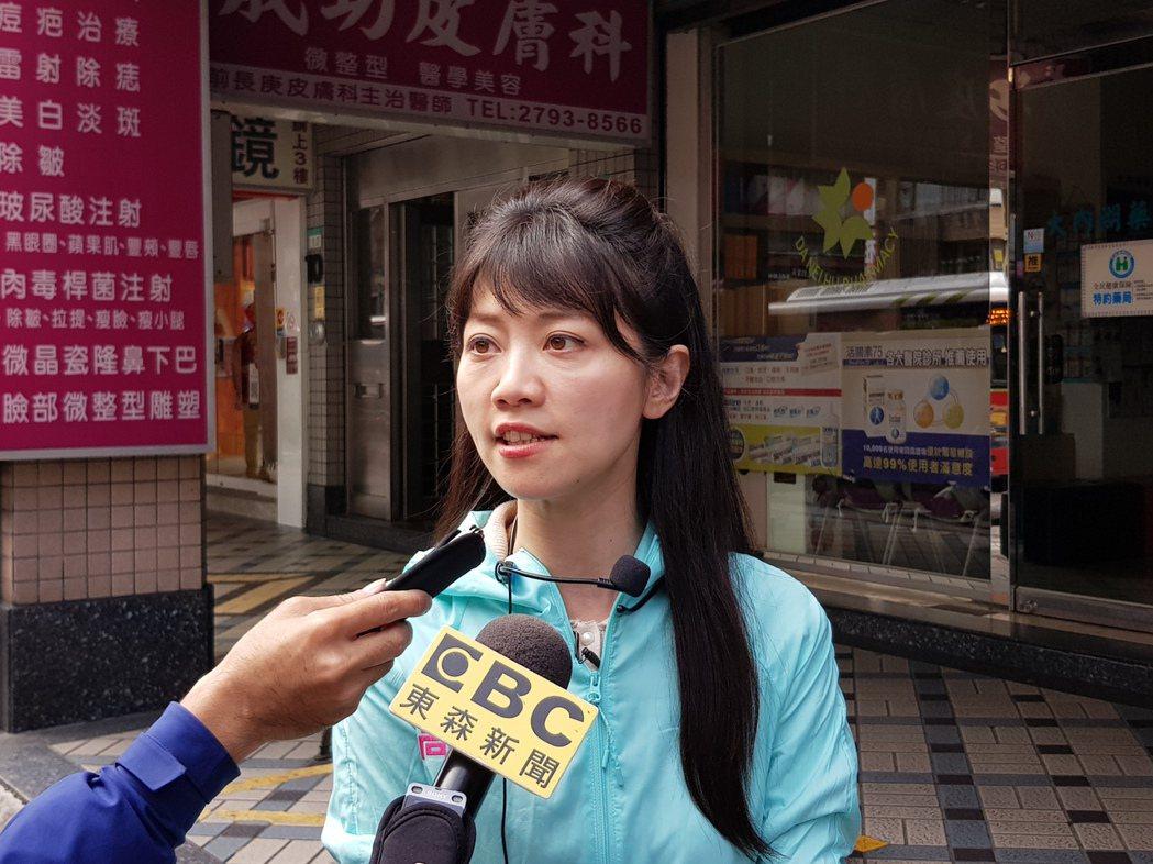 民進黨北市立委第四選區候選人高嘉瑜中午到湖光市場掃街受訪。記者翁浩然/攝影