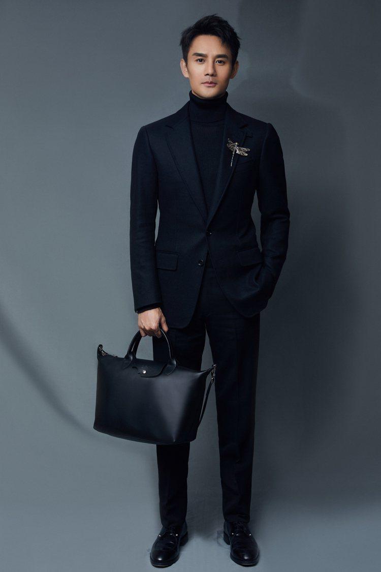 演員王凱詮釋Le Pliage牛皮手袋,也可作為紳士都會風的穿搭。圖/LONGC...