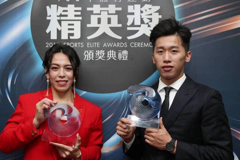 郭婞淳(左)第三度拿下最佳女運動員,李智凱(右)連莊最佳男運動員。記者侯永全/攝影