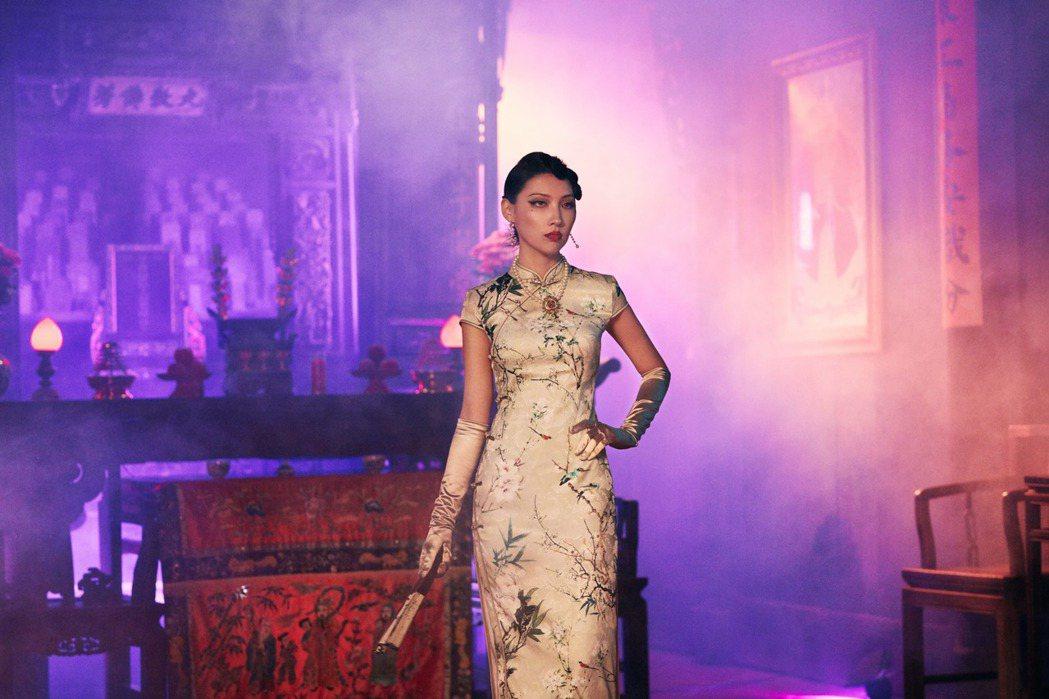 Karencici於MV穿上高衩旗袍,好身材全都露。圖/華研提供