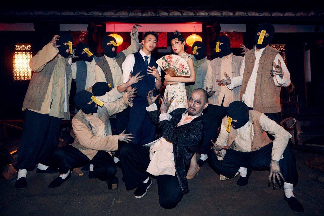 Karencici揪ØZI唱「U sTuPiD」,MV首穿高衩旗袍對打殭屍群。圖...