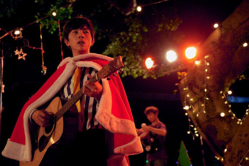 片中謝博安組了「七月男孩」樂團勇闖轟動全台的歌唱選秀大賽。圖/甲上提供