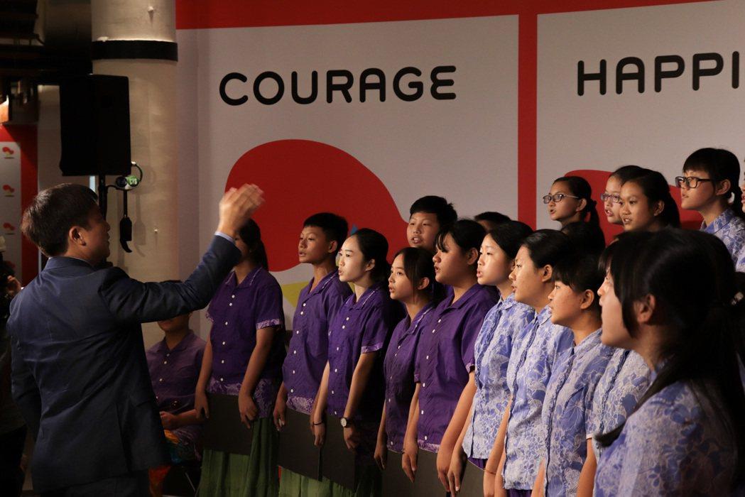 高雄市圓富國中合唱團今天在現場演唱多首歌謠。廖采潔╱攝影