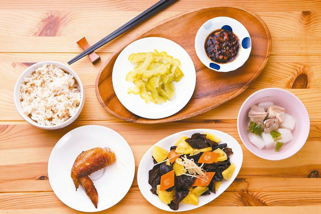 照著高齡營養飲食質地衛教手冊中「容易咬軟質食」食譜,也能做出色香味俱全的美食。 ...
