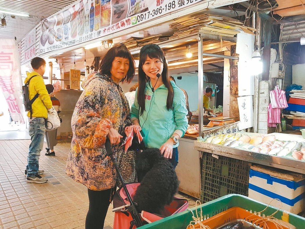 高嘉瑜(右)昨午到湖光市場拜票。 記者翁浩然/攝影