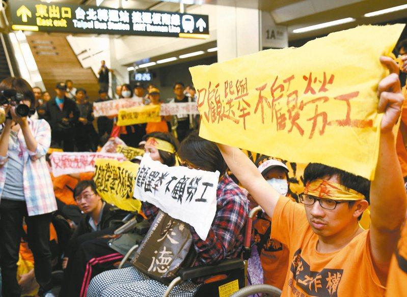國道收費員自救會爭取資遣從優及專案補貼敗訴,圖為自救會到台北車站抗議畫面。 圖/聯合報系資料照片