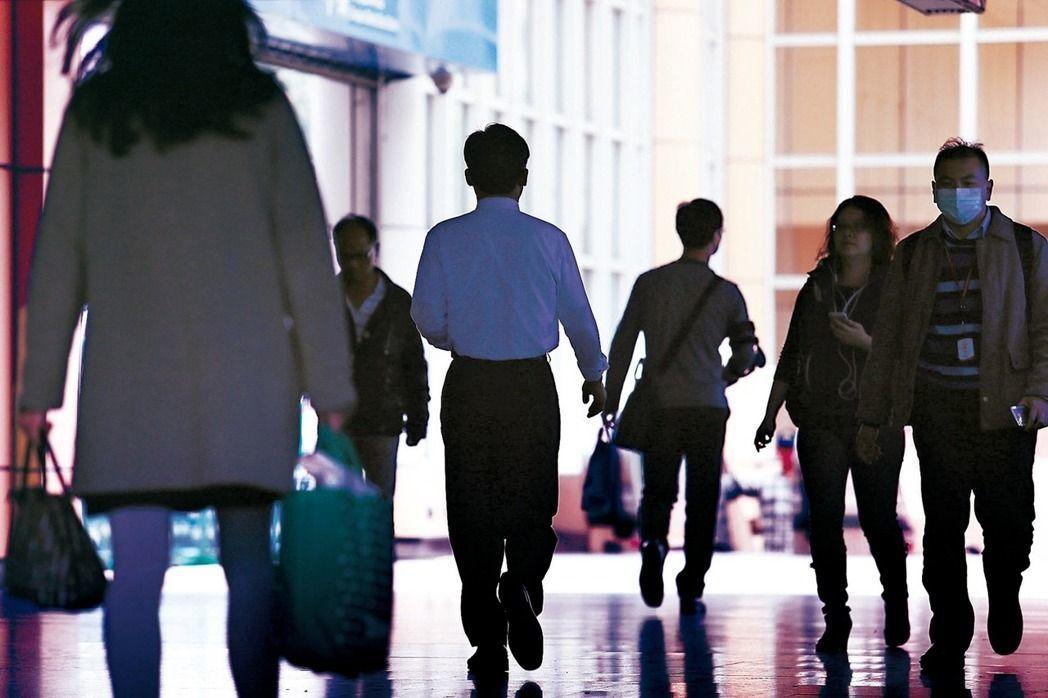 主計總處昨公布二○一八年受僱員工全年總薪資中位數為四十九萬元,平均每月四點一萬元...