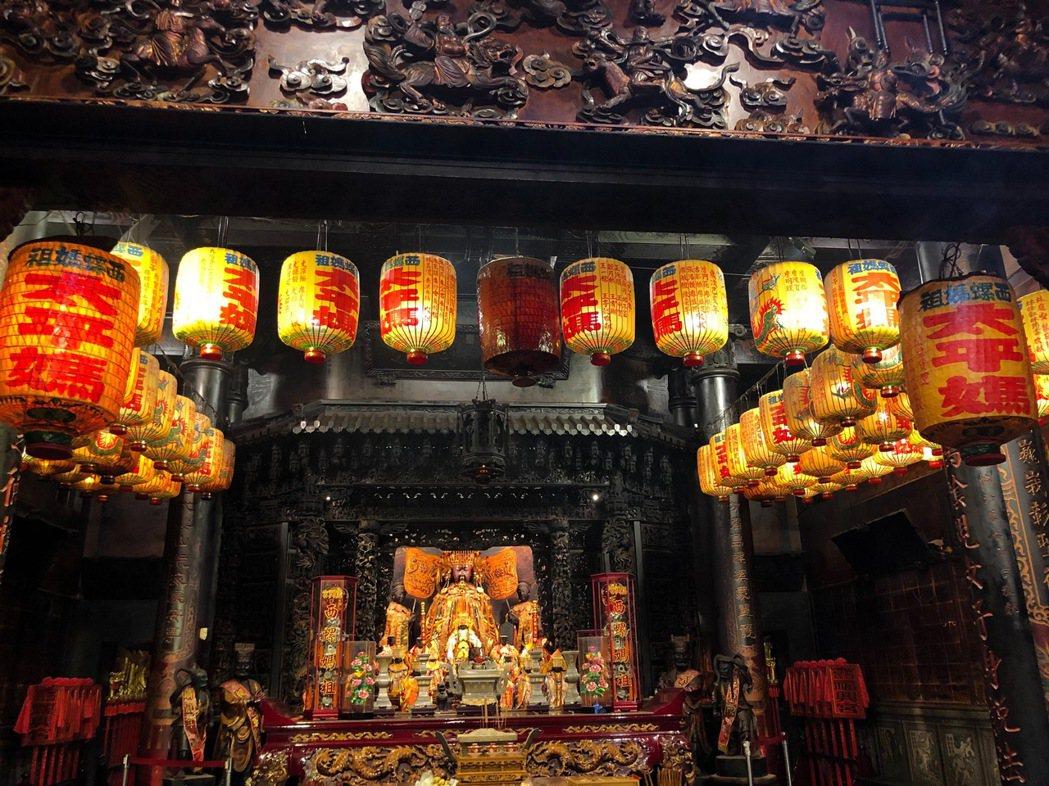 福興宮殿前光明燈一盞2萬元,燈籠由工藝之家等級的匠師手工製作。圖/西螺福興宮提供