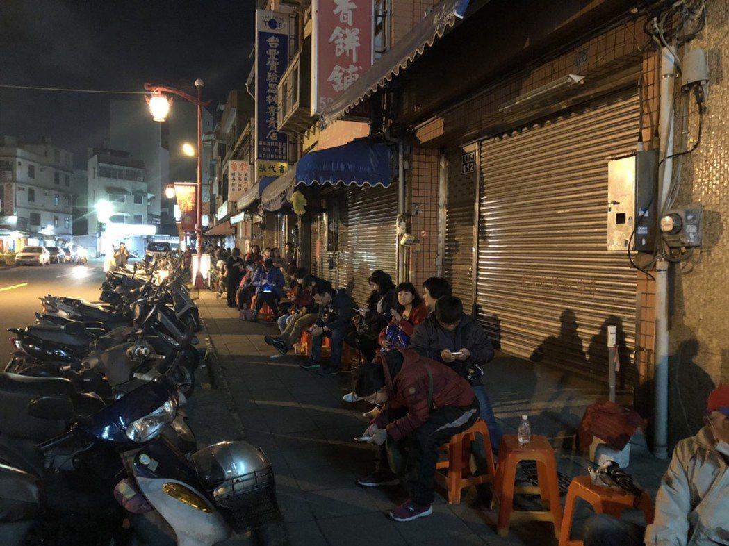 竹蓮寺點光明燈,每年排隊人潮綿延不斷。圖/聯合報系資料照片