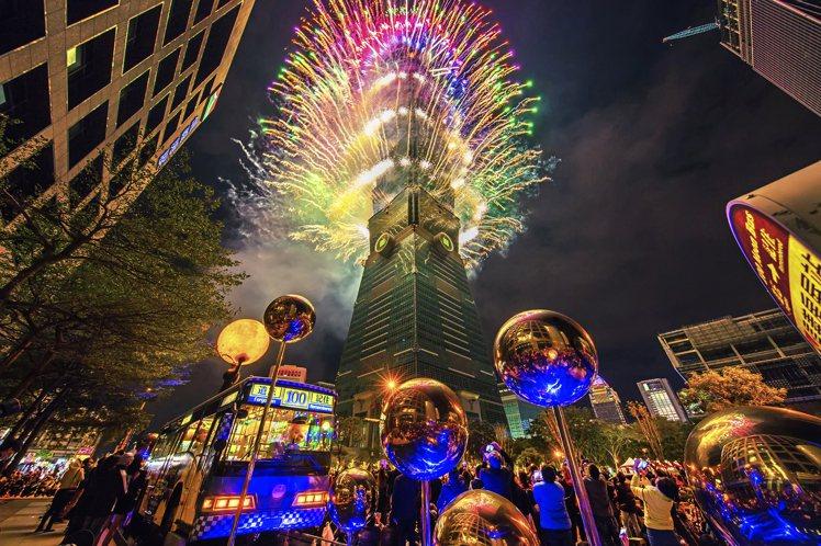 台北101跨年煙火,每年為信義區帶來百萬人潮。圖/台北101提供