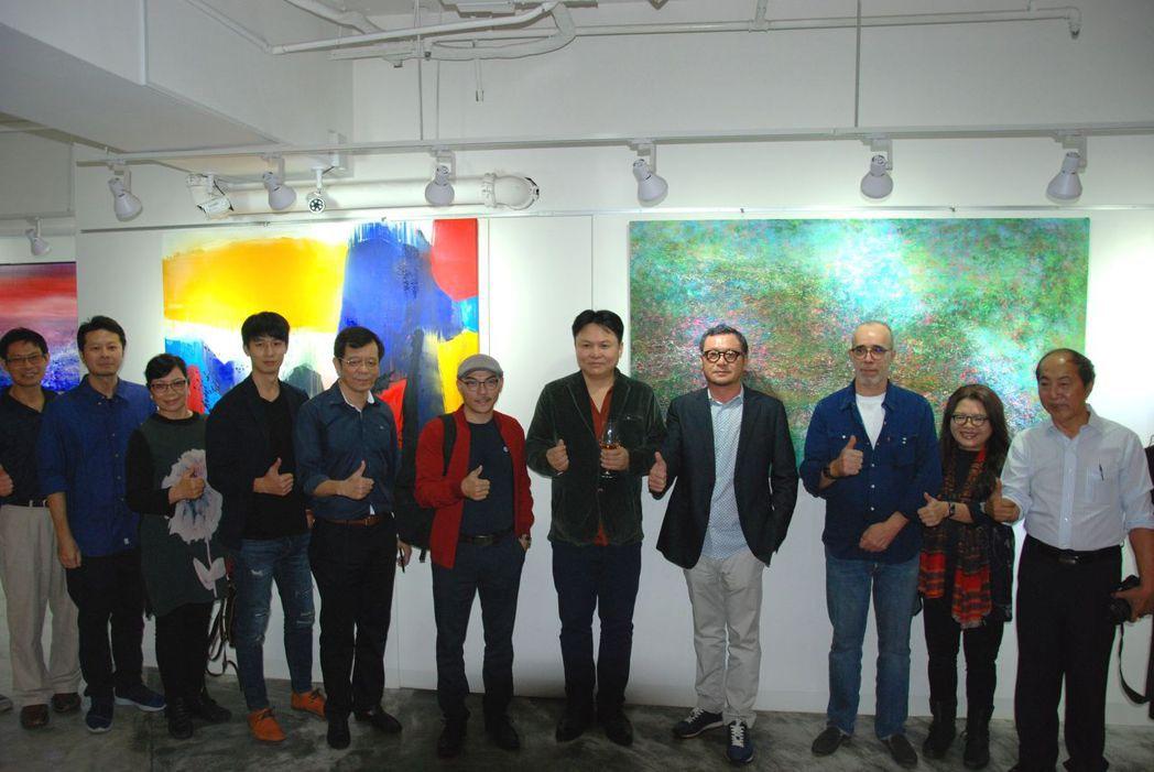 今天同時舉辦20位藝術家聯展。 楊鎮州/攝影
