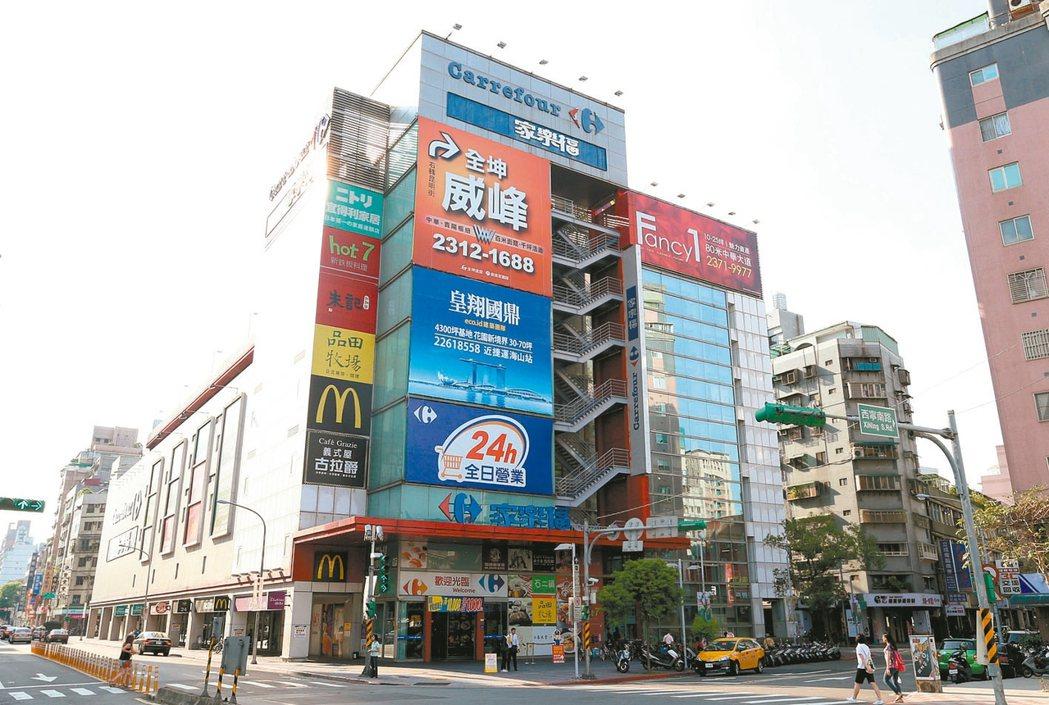 位在萬華區的家樂福桂林店,今年前十月交易151戶,在量販店周邊宅排名第一。 圖/...