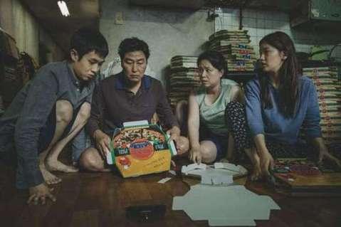 南韓導演奉俊昊(Bong Joon-ho)以「寄生上流」(Parasite)拿下金球獎最佳外語片時,曾呼籲觀眾「克服一吋高的字幕障礙,大家就能看到更多精彩的電影」。這番話再度引發討論,也就是好萊塢長...
