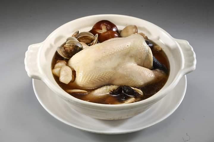螺情開運黑蒜全雞鍋。 螺情食品/提供